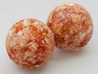 9430GA Badebutter Kugel mit Schafmilch 50g mit Bestreuung Saflorblüte Duft Grantapfel