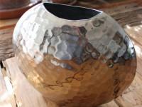 Vase aus geschlagenem Aluminium / Silber, klein, rund mit eine Sichelöffnung