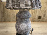 Tischlampe mit Steinfuß und Korb-Lampenschirm